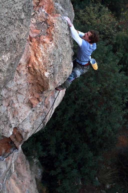 puissance en escalade, on y voit un grimpeur en mouvement